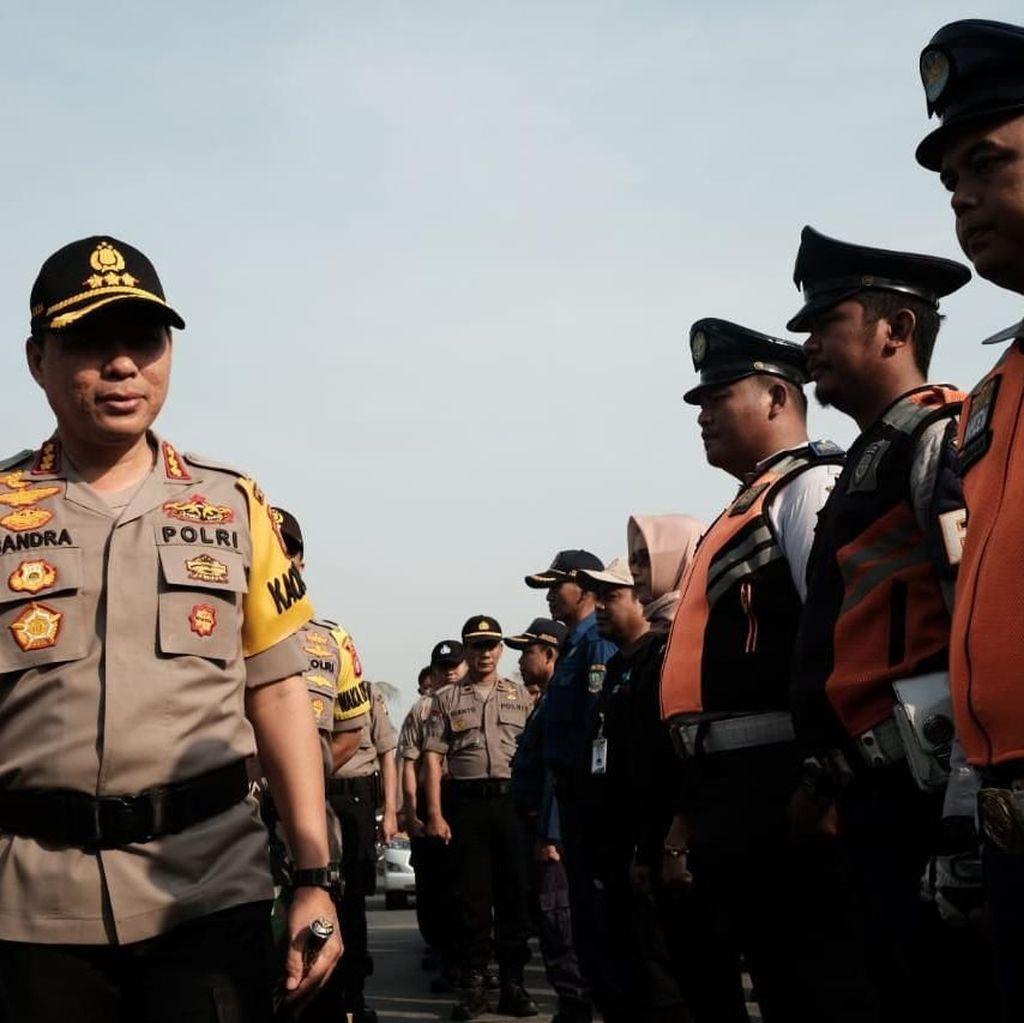 Sekat Massa ke Jakarta, TNI/Polri Jaga Ketat Gerbang Tol hingga JPO