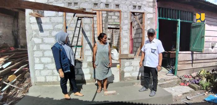Bantuan ini disalurkan melalui Program Bantuan Stimulan Perumahan Swadaya (BSPS) untuk 24 rumah yang terdampak di Desa Wayame Kecamatan Teluk Ambon. Saat ini progres pembangunan rumah layak huni tersebut telah mencapai 60 persen dan diperkirakan akan selesai pada akhir tahun 2019. Pool/Kementerian PUPR.