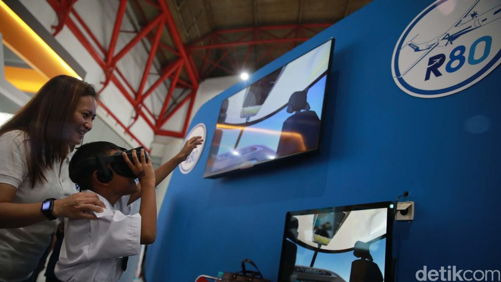 Para pengunjung menyimak berbagai displai dan wahana permainan edukatif dalam pameran Orbit Habibie Festival di Kemayoran, Jakarta, Sabtu (19/10/2019).