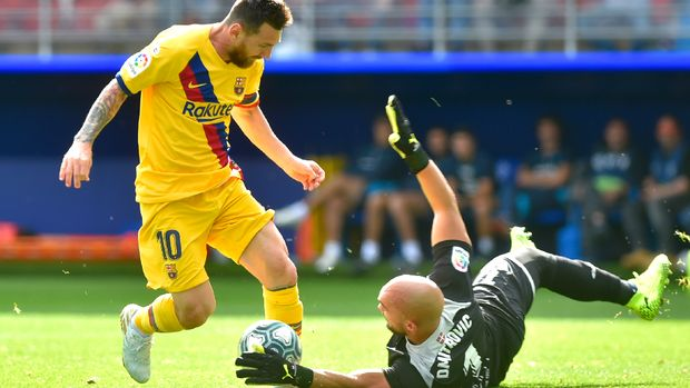 Messi mencetak gol kedua Barcelona ke gawang Eibar. (