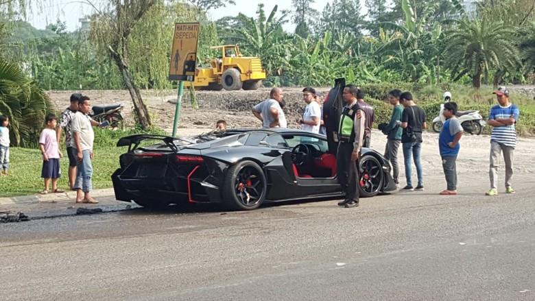 Lamborghini Raffi Ahmad terbakar. Foto: dok.istimewa