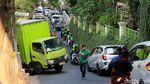 Tidak Kuat Nanjak, Mobil Boks Mundur Seruduk Rumah