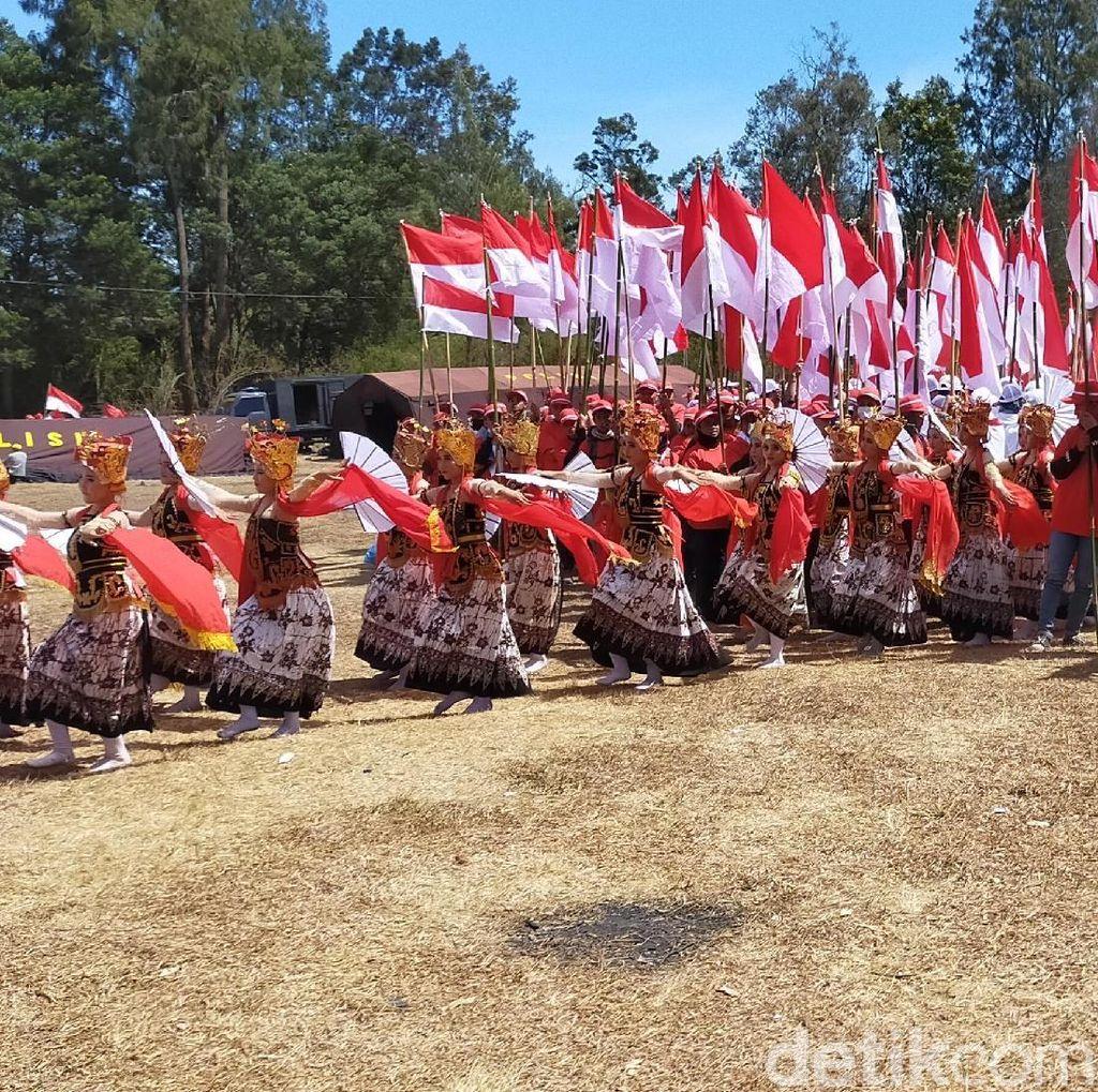 Tari Gandrung Banyuwangi Buka Parade Merah Putih di Puncak Ijen