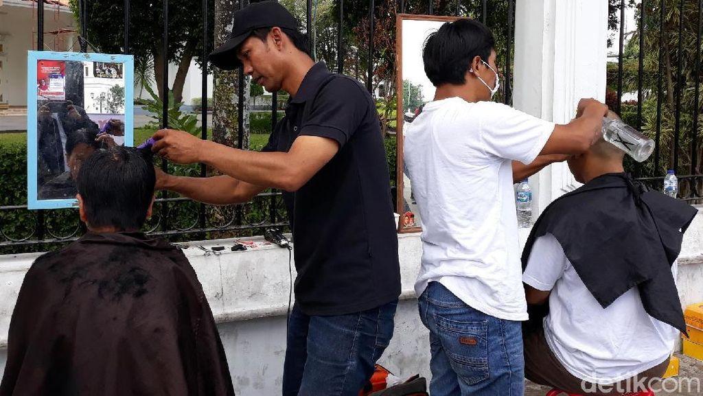 Di Titik Nol Yogya Ada Cukuran Gratis Syukuran Pelantikan Jokowi-Maruf Lho