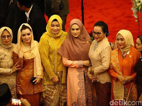 Gaya Mulan Jameela yang terlihat anggun dengan gamis bernuansa peach di pelantikan presiden