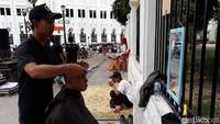 Warga lainnya yang ikut cukur gratis, Aga Tonika (45) mengatakan, bahwa alasannya untuk mengikuti acara cukur gratis ini sebagai buah hasil perjuangan memenangkan kembali Jokowi sebagai Presiden RI. Bahkan, ia memilih untuk mencukur habis rambutnya.