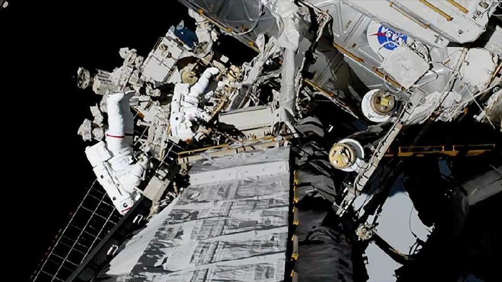 Sejarah! Dua Astronaut Wanita Berjalan Bareng di Antariksa