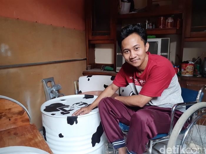 Suhendar (28) membuat kerajinan tangan dari atas kursi roda (Foto: Yudha Maulana)