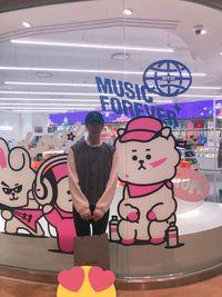 Gegara Ditenteng Jin BTS, Balenciaga Viral di Twitter