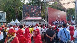 Relawan Jokowi-Maruf Nobar Pelantikan di Taman Pandang Depan Istana