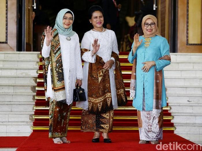 Iriana Jokowi berfoto bersama Estu Wury dan Mufidah Kalla di pelantikan presiden 2019. Foto: Grandyos Zafna