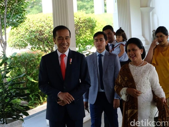 Baju kurung Iriana di pelantikan presiden adalah karya dari desainer Tuty Adib. Foto: Andhika/detikcom