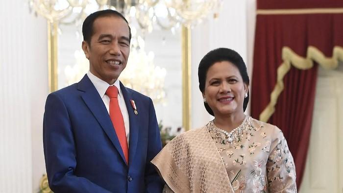 Presiden Joko Widodo (kiri) didampingi Ibu Negara Iriana Joko Widodo (kanan) berpose usai menerima sejumlah tamu negara di Istana Merdeka, Jakarta, Minggu (20/10/2019). ANTARA FOTO/Puspa Perwitasari/aww.