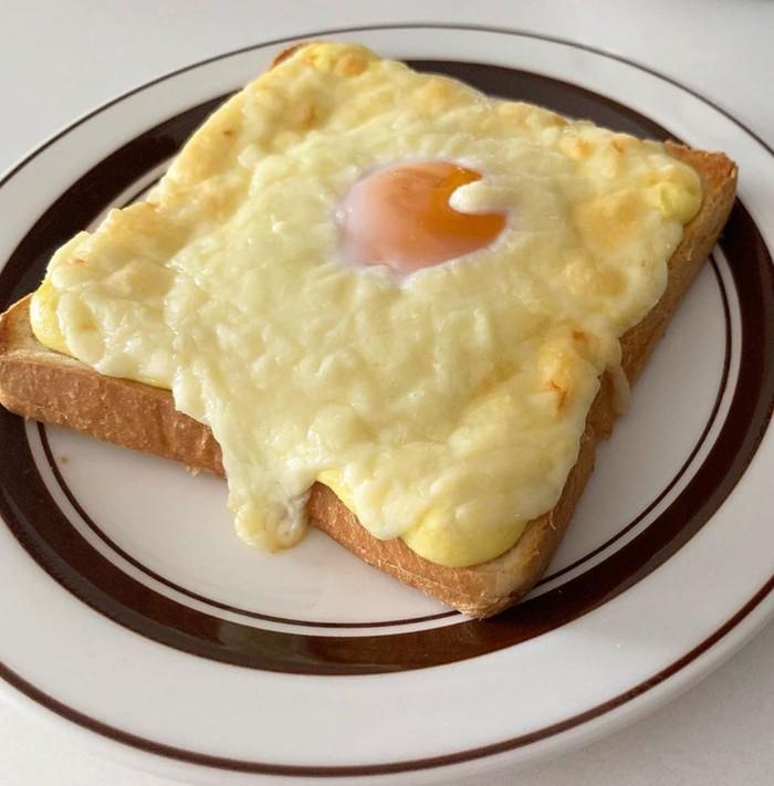 Potongan roti tawar, diberi topping irisan keju dan telur mata sapi yang enak dimakan hangat. Yummy! Foto Instagram @yukapontus