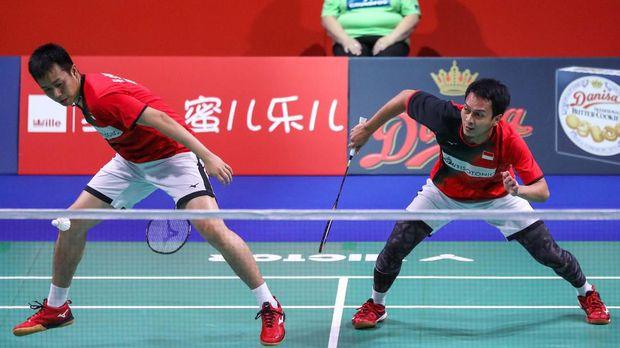 Ahsan/Hendra lolos ke perempat final usai menang dramatis atas Ou Xuanyi/Zhang Nan.