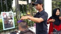 Salah seorang tukang cukur, Rusmanto (38), warga Sleman mengaku sengaja ikut serta dalam cara Mangayubagya Pelantikan Presiden dan Wakil Presiden RI periode 2019-2024 sebagai wujud syukur atas dilantiknya Presiden Jokowi dan Wapres Maruf Amin. Karena berprofesi sebagai tukang cukur, maka ia pun menggratiskan setiap orang yang hendak bercukur di Titik Nol Kilometer.