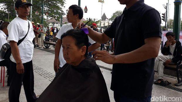 Syukuran pelantikan Jokowi-Ma'ruf, ada cukur gratis di Titik Nol Kilometer Yogyakarta.