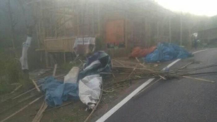 Angin kencang membawa material debu dan asap Gunung Arjuno yang terbakar (Foto: Istimewa)
