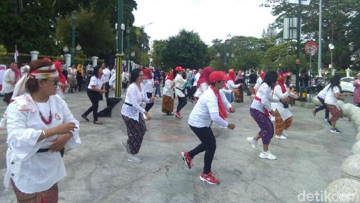 Emak-emak relawan Jokowi joget di kawasan Titik Nol Km Yogyakarta, Minggu (20/10/2019). Foto: Usman Hadi/detikcom