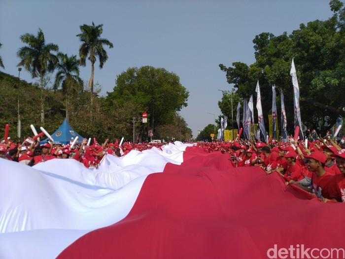 Bendera Merah Putih raksasa di hari pelantikan Jokowi-Maruf. (Sachril/detikcom)