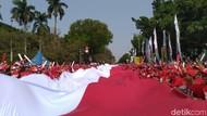 Jokowi Dilantik, Merah Putih Raksasa Dibentangkan di Dekat Monas