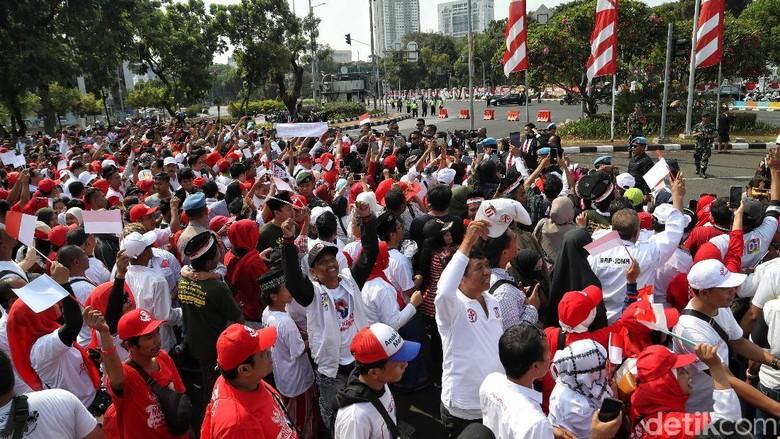 Kapolda Metro Sambangi Massa Relawan di Depan Istana Negara