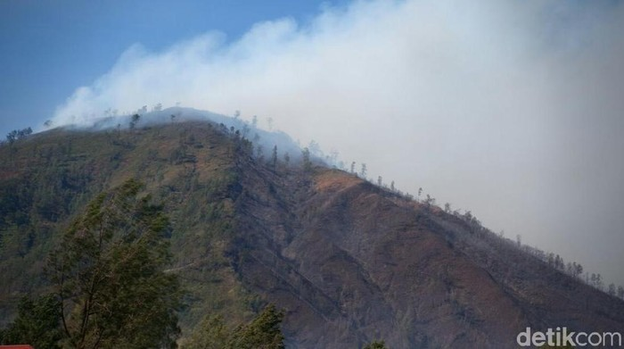 Asap yang masih mengepul terlihat dari Gunung Ranti (Foto: Ardian Fanani)