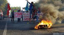 Demo Saat Pelantikan Jokowi, Mahasiswa Unismuh Makassar Tutup Jalan