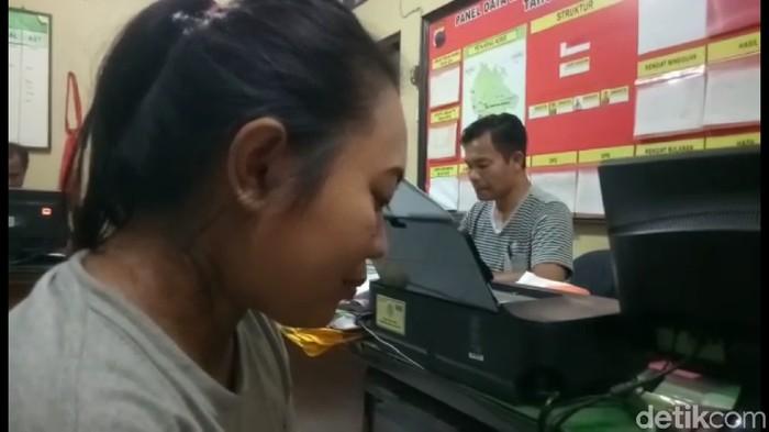 Rina saat diperiksa di Mapolsek Brebes. Foto: Imam Suripto/detikcom