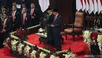 Jokowi dan Maruf Amin mengucapkan sumpah sebagai Presiden dan Wakil Presiden Republik Indonesia. Dengan demikian, Jokowi-Maruf resmi menjadi RI-1 dan RI-2 periode 2019-2024.