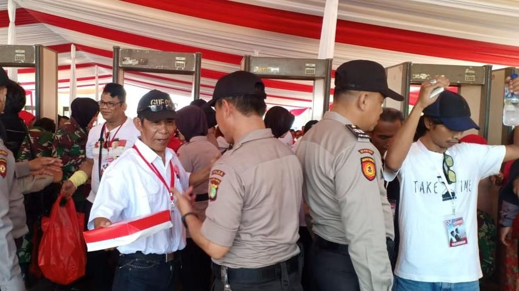Relawan Jokowi di Depan Istana Diperiksa Pakai Metal Detector