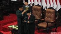 Jokowi mengucapkan sumpah terlebih dahulu, baru diikuti oleh Maruf Amin.