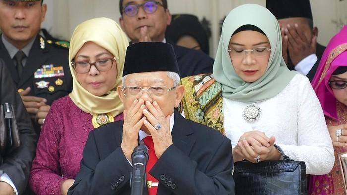 Wakil Presiden terpilih MaÕruf Amin (tengah) memimpin doa bersama didampingi istri Wuri Estu Handayani MaÕruf Amin (kanan) beserta keluarga sebelum mengikuti upacara pelantikan Presiden dan Wakil Presiden periode 2019-2024 di  Jakarta, Minggu (20/10/2019). ANTARA FOTO/Nova Wahyudi/aww.