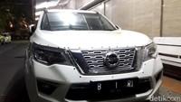 Ini penampakan mobil yang bermuatan parang. Kendaraan Nissan Terra B 1 RI tersebut menghalangi lintasan tamu di Hotel Raffless, Setiabudi, Kuningan.