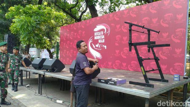 Panggung kecil berdiri di Jalan Merdeka Barat, Jakarta.
