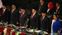 Acara dimulai dengan menyanyikan Indonesia Raya dan Mengheningkan Cipta yang dipimpin oleh Ketua MPR, Bambang Soesatyo.