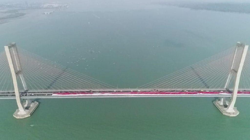 Parade Merah Putih, Bendera 1.000 Meter Berkibar di Jembatan Suramadu