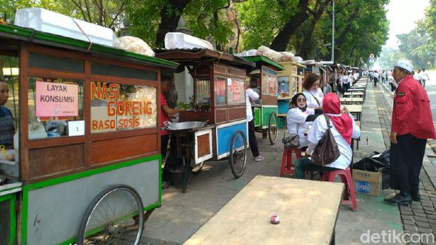 Gerobak kuliner berjejer di Jalan Merdeka Barat, Jakarta.