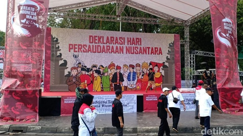 Panggung Berdiri, Relawan Jokowi Padati Taman Pandang Depan Istana