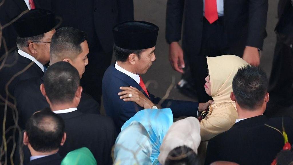 Saat Jokowi Berbincang dengan Sang Ibu Usai Pelantikan