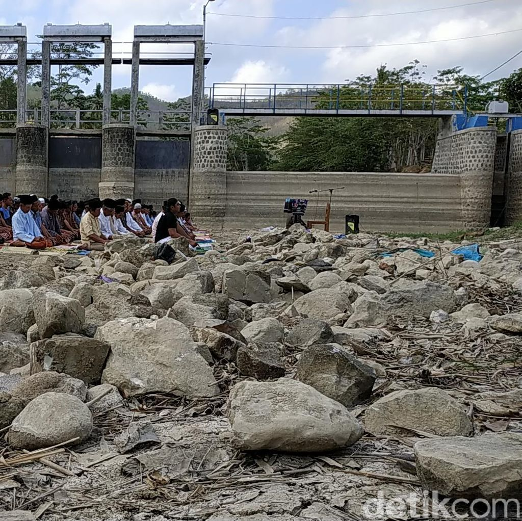 Di Kampung SBY, Salat Istisqa Digelar di Bendungan Kering