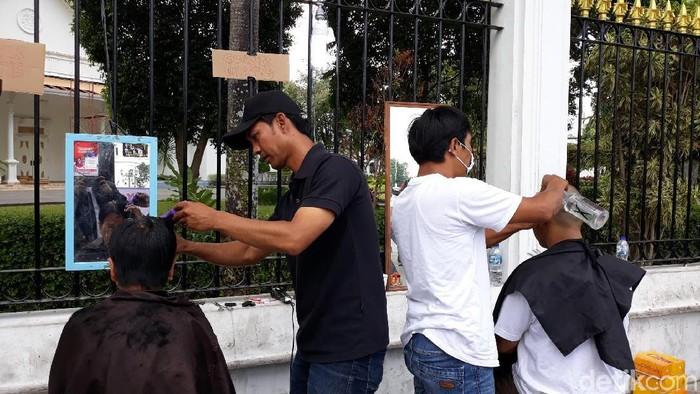 Cukur rambut gratis sebagai bentuk syukur atas pelantikan Jokowi-Maruf di Yogyakarta. Foto: Pradito Rida Pertana/detikcom