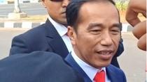 Jokowi Turun dari Mobil Salami Relawan di Taman Pandang Sebelum ke MPR
