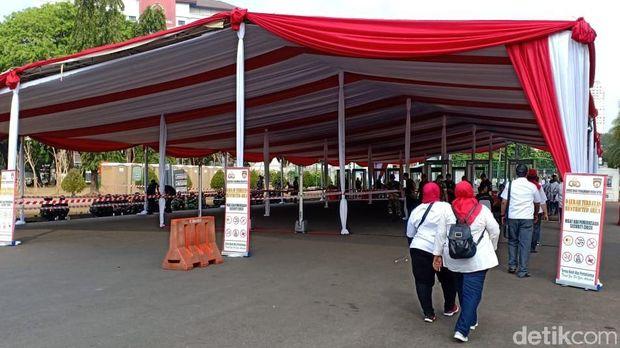 Aparat memeriksa pengunjung menggunakan metal detector