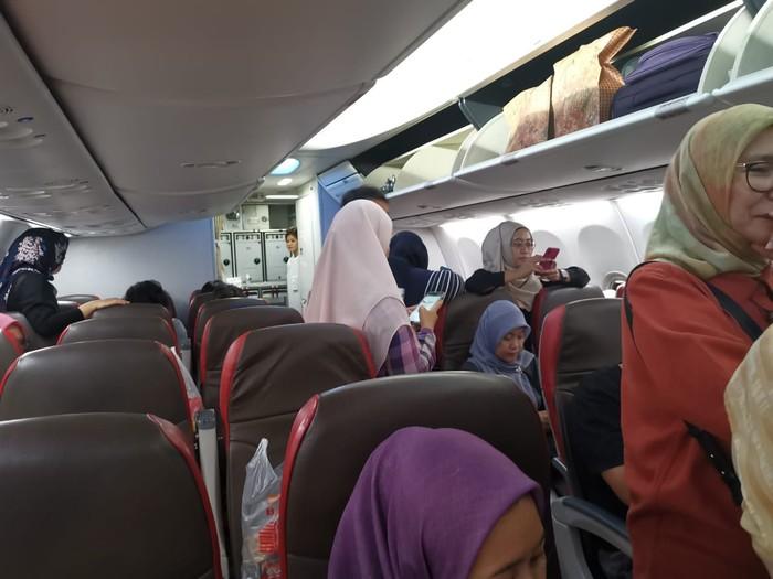 Suasana dalam pesawat setelah mendarat di Soetta. (Dok. Abdul Aziz)