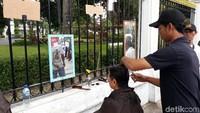 Salah seorang warga yang mencukur rambutnya dalam acara tersebut, Samsu (62), warga Bantul menjelaskan bahwa ia mengetahui informasi terkait cukur gratis ini dari rekannya. Karena itu, ia sengaja datang dari Bantul untuk ikut dalam cukur gratis tersebut.