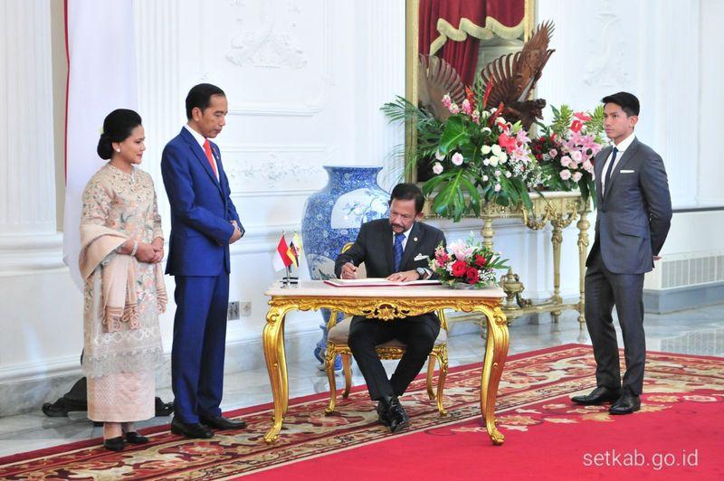 Pangeran Abdul Mateen turut hadir mendampingi ayahnya saat pelantikan Presiden Jokowi dan Wakil Presiden Maruf Amin pada hari Minggu (20/10). (Foto: Dok. Antara, Dok. Setkab)