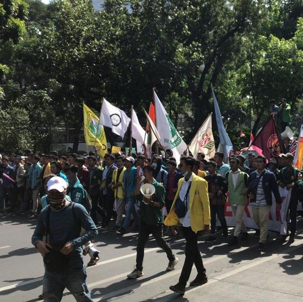Massa BEM SI yang Akan Demo di Depan Istana Tertahan di Patung Kuda