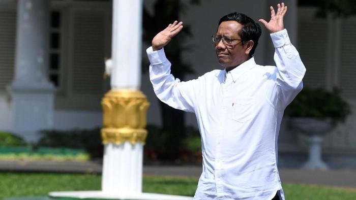 Bupati Minahasa Selatan Christiany Eugenia Paruntu melambaikan tangannya saat berjalan memasuki Kompleks Istana Kepresidenan, Jakarta, Senin (21/10/2019). Menurut rencana Presiden Joko Widodo akan memperkenalkan jajaran kabinet barunya hari ini usai dilantik Minggu (20/10/2019) kemarin untuk masa jabatan keduanya bersama Wapres Maruf Amin periode tahun 2019-2024. ANTARA FOTO/Wahyu Putro A/wsj.