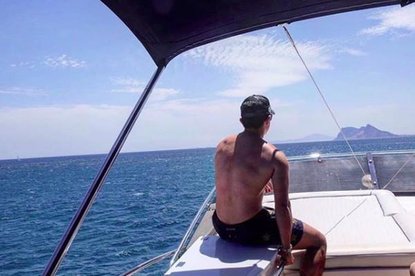 Dalam captionnya dia menuliskan berlayar di Mediterranean Sea. (tmsk/Instagram)